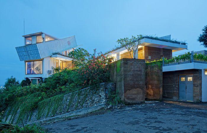 Дом на холме из морских контейнеров
